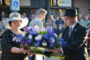 Sandra en Alex leggen krans bij Dodenherdenking namens Joodse gemeenschap